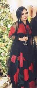 หวานนิดๆ ในชุดเดรสผ้าไหมชีฟองลายกุหลาบแดงตัดกับพื้นสีดำและต่างหูเพชรเม็ดใหญ่