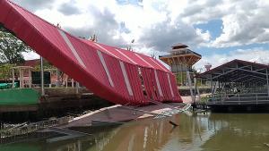 ระทึก!! เขื่อนหน้าวัดห้วยพลูยาวกว่า 20 เมตร พังถล่มลงแม่น้ำท่าจีน โชคดีไร้คนเจ็บ