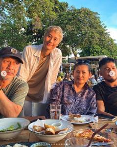 """โมเมนต์อบอุ่นนานๆทีเห็น """"แดง ธัญญา- อ๊อฟ พงษ์พัฒน์"""" พาครอบครัวเที่ยวทริปแรกของปี"""