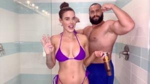 อดีตนักมวยปล้ำ WWE ปล่อยเมียใส่บิกินีออกกล้อง จนโดนแอพฯเกมแบน
