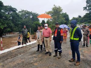 ผู้ว่าฯ รุดลงพื้นที่น้ำป่าซัดถนนเชียงใหม่-เชียงรายขาดรถติดค้างยาว-สั่งเร่งซ่อม คาดเปิดใช้ได้พรุ่งนี้ (3 ส.ค. 63)