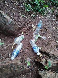 ขยะขวดน้ำดื่ม บนผาสิงห์ ไม่ทราบว่าคนทิ้ง คิดว่าใครจะมาเก็บ