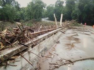"""น้ำป่าทะลัก! ถนนจมน้ำ 20 สาย """"ศักดิ์สยาม"""" สั่งระดมเครื่องมือซ่อมด่วน"""