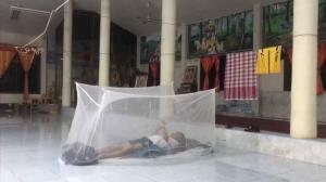 ยังยืนหนึ่ง! พ่อเมืองเลยกางมุ้งนอนวัดร่วมทุกข์ร่วมสุขชาวบ้านน้ำท่วม