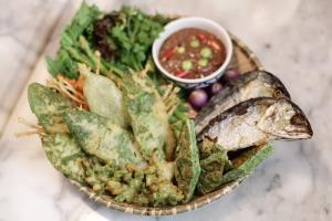 ปลาทูก้างละลาย-น้ำพริกกะปิ และผักท้องถิ่นทอดเทมปุระ - Petite Audrey