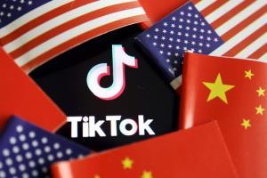 ขณะที่บริษัทจีนกำลังผงาดขึ้นเป็นยักษ์ใหญ่ระดับโลก ก็ต้องเผชิญกับอุปสรรคซับซ้อนอย่างจินตนาการไม่ถึงเลย ทั้งมรสุมการเมืองโลกที่ดุเดือด การปะทะทางวัฒนธรรมที่แตกต่างกัน ในภาพธงประจำชาติจีนและสหรัฐฯ และโลโก TikTok  (แฟ้มภาพ รอยเตอร์ส)