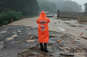 """ผู้ช่วย ผบ.ตร.วิทยุด่วน สั่งทุกหน่วยออกช่วยผู้ประสบภัยพายุ """"ซินลากู"""""""