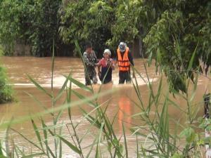 น้ำป่าทะลัก-น้ำวังเอ่อล้นท่วมวังเหนือ จนท.ต้องช่วยพระ-เณร 80 รูปหนีน้ำกันวุ่น