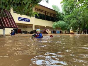 """""""ฝันดี-ฝันเด่น"""" โพสต์ภูมิใจ ได้ช่วยเหลือผู้ประสบภัยน้ำท่วมวังเหนือ จ.ลำปาง"""