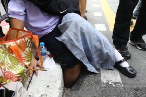 นร.หญิง ม.1 ขาหลุดตกไปในฟุตปาธตรงข้ามทำเนียบ เจ็บเล็กน้อย ประสานเร่งแก้ไข