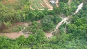 สลด! พบร่าง ผอ.โรงเรียนบ้านห้วยเฮี้ย-นครไทยถูกน้ำป่าซัดติดต้นไม้ไกล 3 กม.