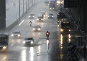 ระวังอันตราย! อุตุฯ เตือนทั่วไทยยังฝนตกหนัก อาจเกิดน้ำท่วมฉับพลัน-น้ำป่าไหลหลาก ซัดกรุงร้อยละ 60