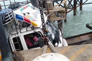 แลมป์สะพานลงเรือราชาเฟอร์รี่หัก ทำรถบรรทุกหวิดตกทะเล