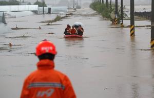 """In Clip: ฝนตกหนักรอบ 7 ปี """"เกาหลีใต้"""" คร่าชีวิต 13 ศพหลังดินถล่ม อีกกว่า 1,000 หนีออกมาอยู่ข้างนอก"""