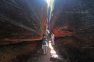 นักท่องเที่ยวถ่ายภาพในถ้ำนาคา