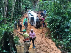 เผยคลิป จนท.สาธารณสุขเกือบเอาชีวิตไม่รอด รถคว่ำกลางป่าทุ่งใหญ่นเรศวรขณะเดินทางไปรักษาชาวบ้าน
