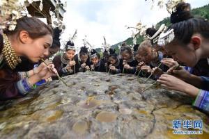 ดื่มสุราหินร้อยจอกใน 'เทศกาลกระโดดน้ำ' ของชนเผ่าจ้วง