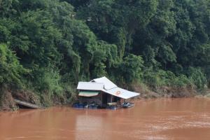เรือนแพน้ำน่านปั่นป่วน! น้ำเหนือหาย-ระดับน้ำลดฮวบกว่า 2 เมตร ผวาแพเกยตลิ่งพัง
