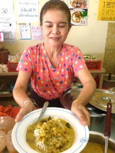 ป้าพิมกับขนมจีนน้ำยาปูจานเด็ดประจำร้าน