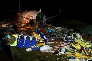 In Pics: เครื่องบิน 'แอร์อินเดียเอ็กซ์เพรสส์' ไถลออกนอกรันเวย์สนามบินเกรละ ผดส.ดับ 18 ศพ-เจ็บเป็นร้อย