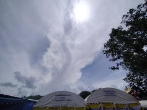 """ฮือฮา! ท้องฟ้าเหนือ """"คำชะโนด"""" เมฆก่อตัวเป็นพญานาคคาบแก้วขณะทำพิธีพุทธาเทวาฯ"""