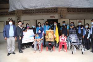 รมว.จุติ ลงพื้นที่ จ.สุราษฎร์ธานี เร่งช่วยกลุ่มเปราะบาง มอบถุงยังชีพ-เงินสงเคราะห์ พร้อมมอบรถเข็นให้คนพิการ