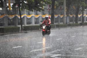 อุตุฯ เตือน 33 จว.ฝนตกหนัก เหนือ-ใต้ฝั่งตะวันตก ระวังอันตราย กทม.ฝนฟ้าคะนองร้อยละ 40