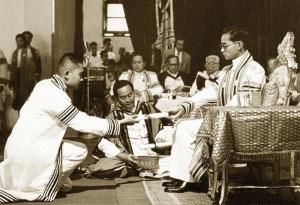 พระบาทสมเด็จพระเจ้าอยู่หัวภูมิพลอดุลยเดช พระราชทานปริญญาบัตรรัฐศาสตรบัณฑิต ในปี พ.ศ. ๒๔๙๘ (ในภาพขณะพระราชทานปริญญาบัตรรัฐศาสตรบัณฑิต แก่ นายอมร รักษาสัตย์) ภาพจาก http://www.cu100.chula.ac.th/story/370/