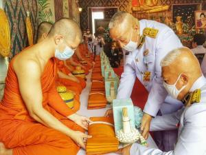 ในหลวง โปรดเกล้าฯ ให้บำเพ็ญพระราชกุศลถวายภัตตาหารเพล พร้อมทั้งบำเพ็ญสาธารณประโยชน์  ณ วัดโมลีโลกยารามราชวรวิหาร เนื่องในวันเฉลิมพระชนมพรรษาพระพันปีหลวง