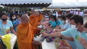 พสกนิกรชาวไทยในหลายพื้นที่ ทำบุญตักบาตร ถวายเป็นพระราชกุศล