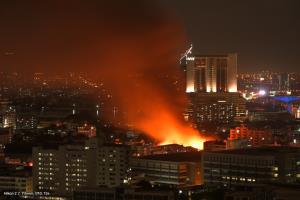ไฟไหม้ชุมชนซอยตากสิน 23 ลุกไหม้แล้ว 4 คูหา เจ้าหน้าที่เร่งใช้น้ำดับ