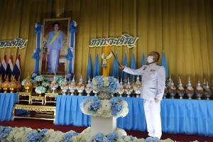 พสกนิกรชาวไทยร่วมพิธีถวายเครื่องราชสักการะและจุดเทียนถวายพระพรชัยมงคล