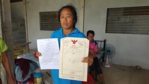 นางวงเดือน ลุนสำโรง อายุ 48 ปี ที่กำลังถูกฟ้องรุกล้ำที่ดิน ทั้งที่เคยจ่ายเงินซื้อที่ดินจากเจ้าของเดิมไว้แล้ว แต่ยังไม่โอนกรรมสิทธิ์
