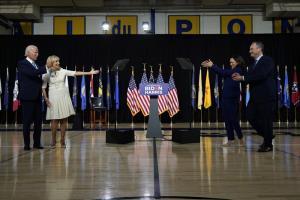 วุฒิสมาชิกคามาลา แฮร์ริส และสามีของเธอ ดักลาส เอมฮอฟฟ์ (ขวา) ปรบมือให้กับ อดีตรองประธานาธิบดี โจ ไบเดน ผู้สมัครชิงตำแหน่งประธานาธิบดีของพรรคเดโมแครต และ จิลล์ ไบเดน ภรรยาของเขา ภายหลังเสร็จสิ้นการปราศรัยหาเสียงในโรงเรียนใกล้ๆ บ้านพักของไบเดน ที่เมืองวิลมิงตัน รัฐเดลาแวร์ วันพุธ (12 ส.ค.)