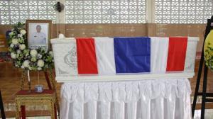 """ในหลวง พระราชทานพวงมาลาหลวงให้ไปวางที่หน้าหีบศพ """"สิบโท บึงกาฬ หารสาร"""" หลังเสียชีวิตจากเหตุคนร้ายลอบวางระเบิด"""