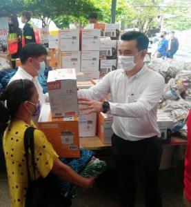 ทีมงาน พปชร.ลงพื้นที่ให้กำลังใจผู้ประสบภัยไฟไหม้ชุมชนตากสิน 23