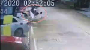 ชาวบ้านเอือมระอา! กล้องวงจรปิดจับภาพเด็กแว้นซิ่งยกล้อคว่ำเสียหลักชนรถชาวบ้านก่อนหลบหนี