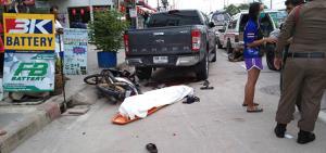 จยย.ซ้อน 4 เสียหลักลื่นไถลชนรถกระบะจอดข้างทางเสียชีวิต 1 ราย