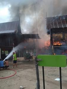 ไฟไหม้บ้านทรงไทยอ่างทองวอด 5 หลัง ไร้ที่อยู่ 17 คน
