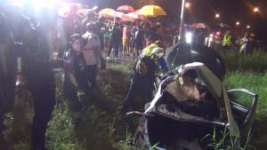 สลด! สองพ่อลูกบึ่งเก๋งฝ่าฝนกลับบ้าน รถหมุนพุ่งข้ามเลนชนกระบะดับ 2 เจ็บ 4