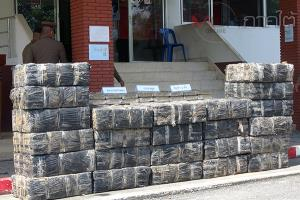 ตร.สตูลแถลงยึดกัญชาอัดแท่งน้ำหนัก 1,000 กก. พบแอบซุกซ่อนในรถบรรทุกถุงมูลสัตว์
