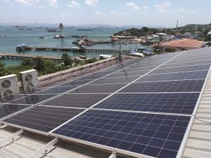 รพ.เกาะสีชังปลื้มระบบไฟฟ้าพลังแสงอาทิตย์ ช่วยเพิ่มประสิทธิภาพบริการคนไข้-ลดโลกร้อน