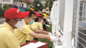ผู้บริหาร 2 องค์กรนำทีมพนักงานร่วมทำกิจกรรมจิตอาสาทาสีรั้วและปลูกต้นไม้บริเวณด้านหน้าโรงพยาบาลเกาะสีชัง