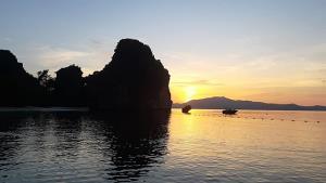 ชมพระอาทิตย์ ที่เกาะห้อง