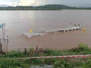 """""""แม่โขงเดลต้า"""" เรือท่องเที่ยวไทยยังจมน้ำโขง คาดต้องรอแล้งหน้าถึงกู้ขึ้นฝั่งได้"""
