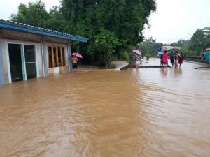 """""""อุตรดิตถ์"""" อ่วม! น้ำทะลักท่วม 2 อำเภอกว่า 1,000 ครัวเรือน จนท.ต้องอพยพชาวบ้านหนีทั้งวัน"""