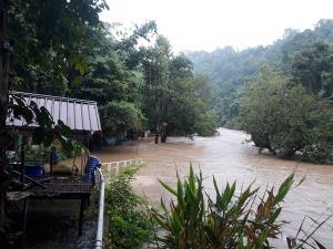 ชาวแพสังขละบุรีงดรับนักท่องเที่ยว หลังฝนตกหนัก