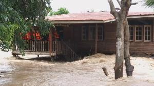 ชาวสุโขทัยขอบิ๊กแบ็กอุดพนังก่อนน้ำยมทะลักซ้ำ-พัดเศษซากตอไม้ซัดเสาบ้านเสี่ยงพัง