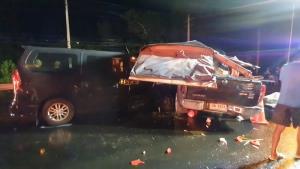 สลด! กระบะขนช่างแอร์จากศรีสะเกษหลุดโค้งเข้าเมืองอุบล ปะทะรถตู้ตาย 3 เจ็บ 9 เหตุถนนลื่น