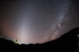 ภาพถ่ายแสงจักรราศี (Zodiacal Light) ทางทิศตะวันตกในช่วงหัวค่ำ ภายโดย : ศุภฤกษ์ คฤหานนท์ / Camera : Canon 1DX / Lens : Canon EF 15mm f/2.8 Fisheye / Focal length : 15 mm. / Aperture : f/2.8 / ISO : 6400 / Exposure : 30 sec